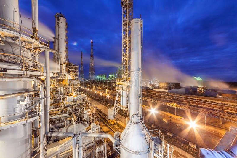 Fábrica de productos químicos para la producción de fertilización del amoníaco y de nitrógeno en noche imagen de archivo libre de regalías