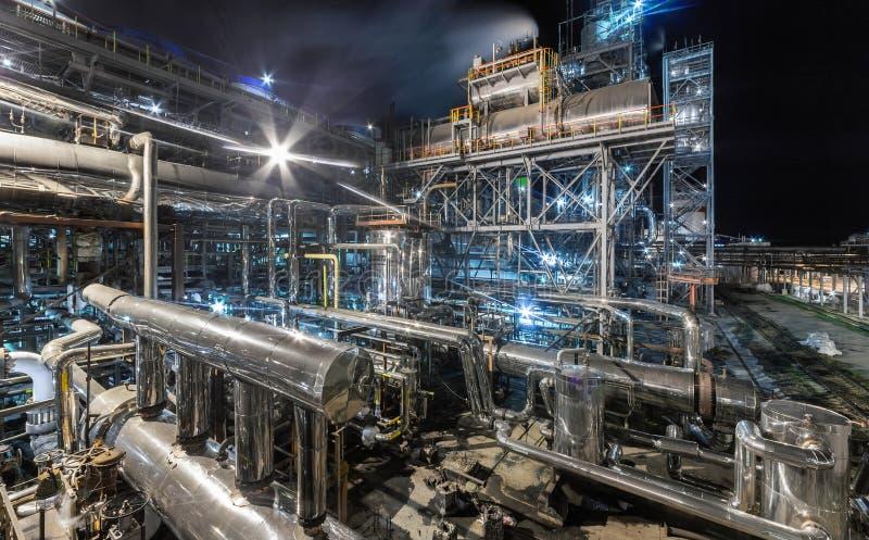 Fábrica de productos químicos para la producción de fertilización del amoníaco y de nitrógeno en noche fotografía de archivo
