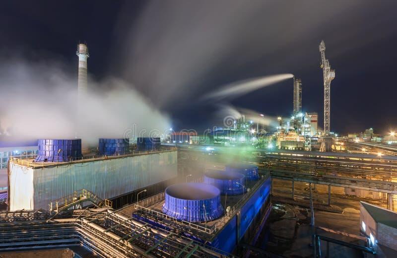 Fábrica de productos químicos para la producción de fertilización del amoníaco y de nitrógeno en noche fotografía de archivo libre de regalías