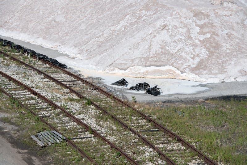 Fábrica de sal nos EUA no dia ensolarado foto de stock royalty free