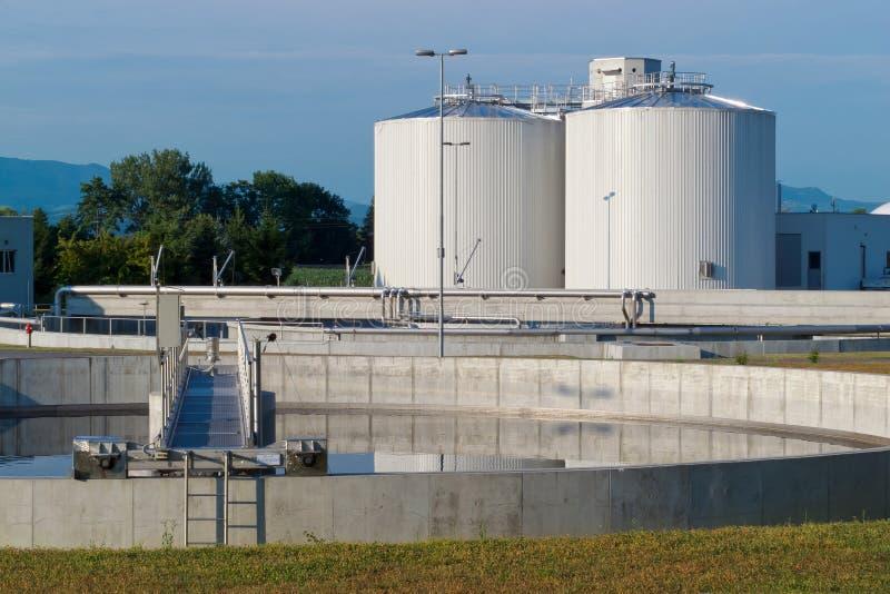 Fábrica de tratamento da água de esgoto imagens de stock