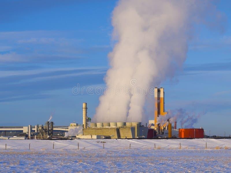 Fábrica de tratamento do fertilizante com muito fumo fotografia de stock royalty free