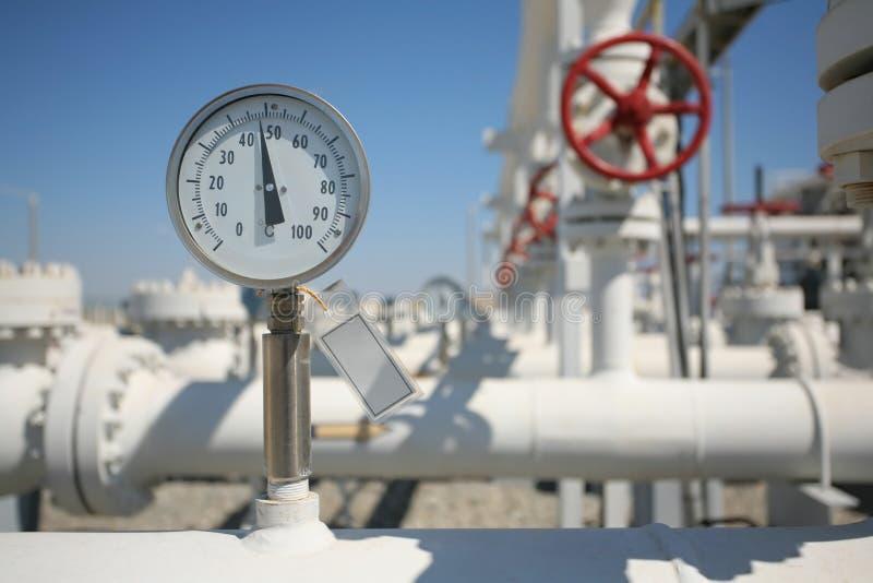 A fábrica de tratamento do petróleo e do gás com tubulação alinha o va fotografia de stock