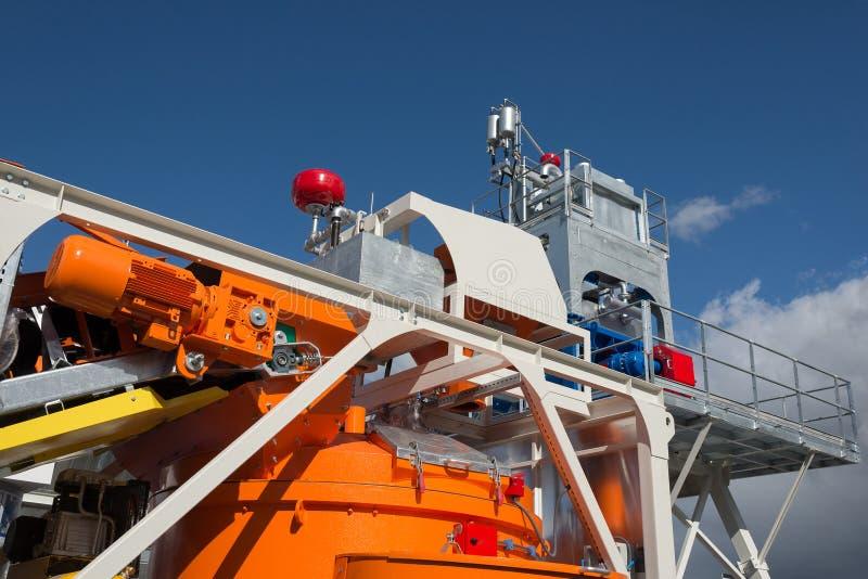 Fábrica de tratamento do petróleo e gás com linha válvulas da tubulação imagens de stock royalty free