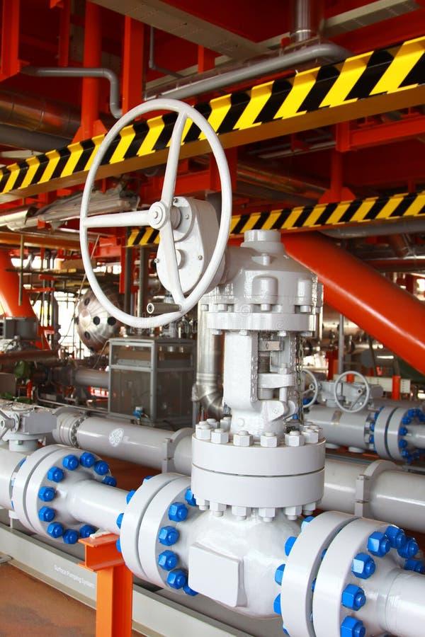 Fábrica de tratamento do petróleo e gás com válvulas foto de stock royalty free