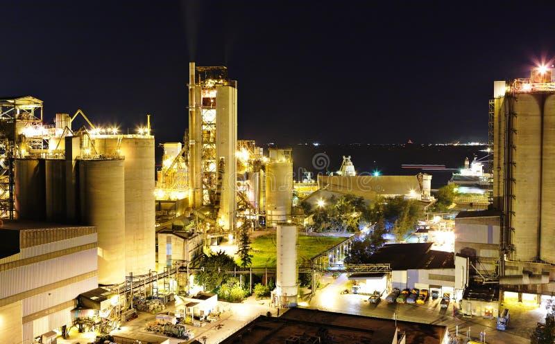 Fábrica del cemento en la noche fotografía de archivo libre de regalías