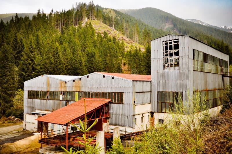 Fábrica devastado nas montanhas imagem de stock royalty free