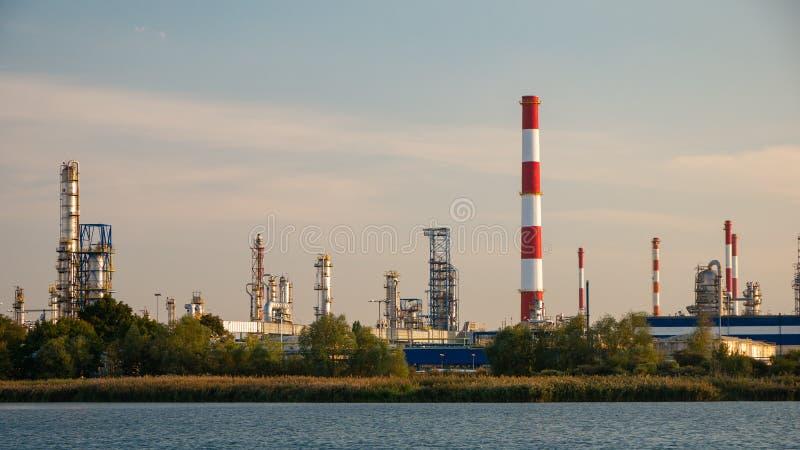 Fábrica do rio e da refinaria de petróleo em Gdansk, Polônia imagens de stock