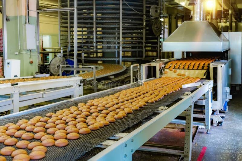 Fábrica dos confeitos Linha de produção de cookies do cozimento, foco seletivo fotos de stock