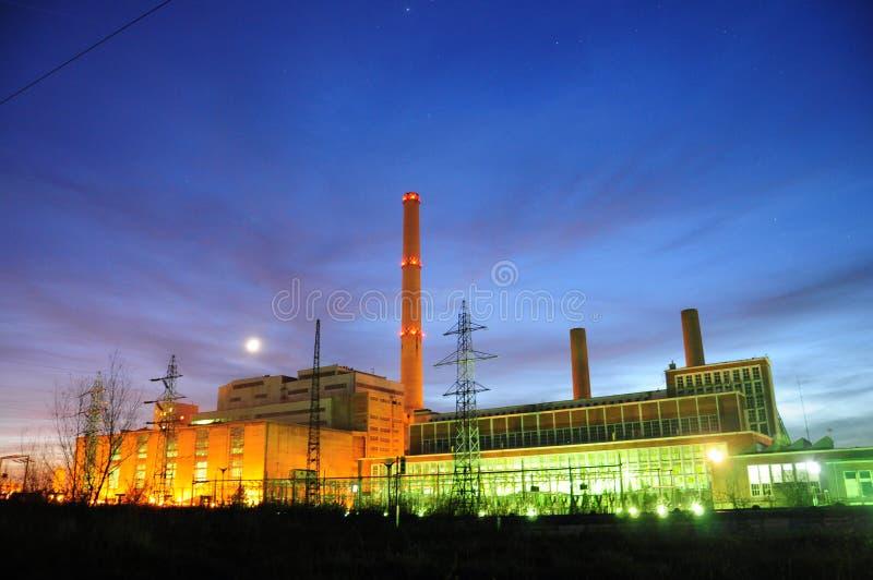 Fábrica eléctrica en noche foto de archivo