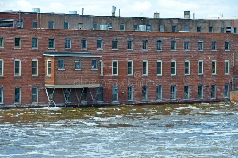 fábrica en aguas de inundación de levantamiento fotografía de archivo