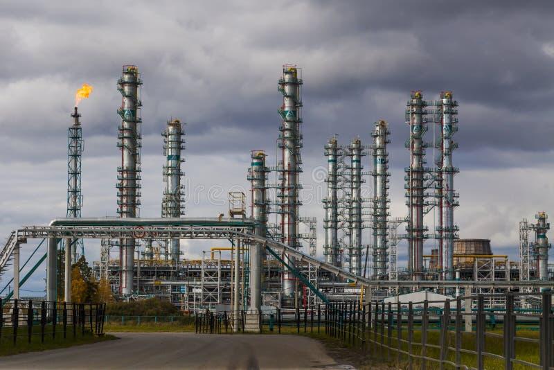 Fábrica en el cielo nublado, planta petroquímica de la refinería de petróleo, fotos de archivo libres de regalías