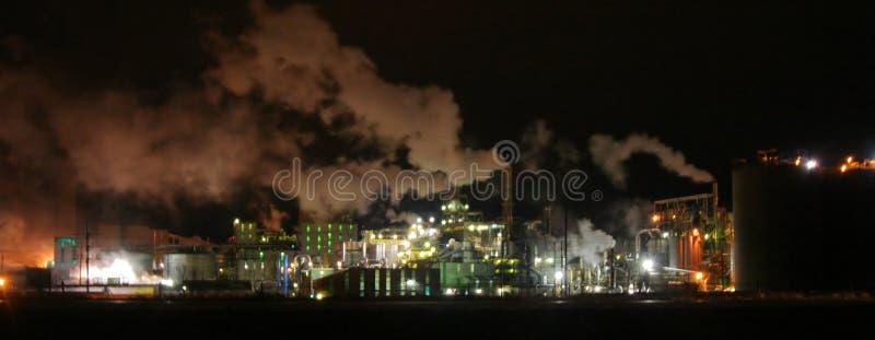 Fábrica en Iowa en la noche fotografía de archivo