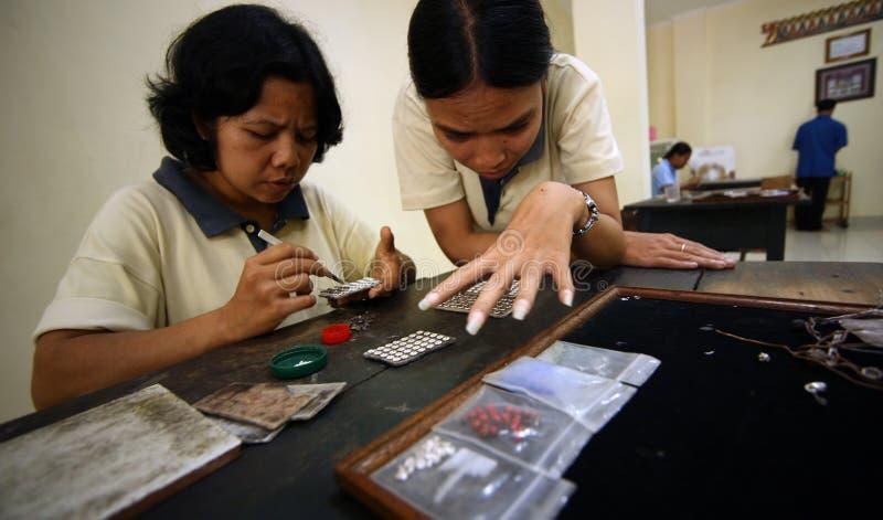 Fábrica en la fabricación de ornamentos de plata imagen de archivo libre de regalías