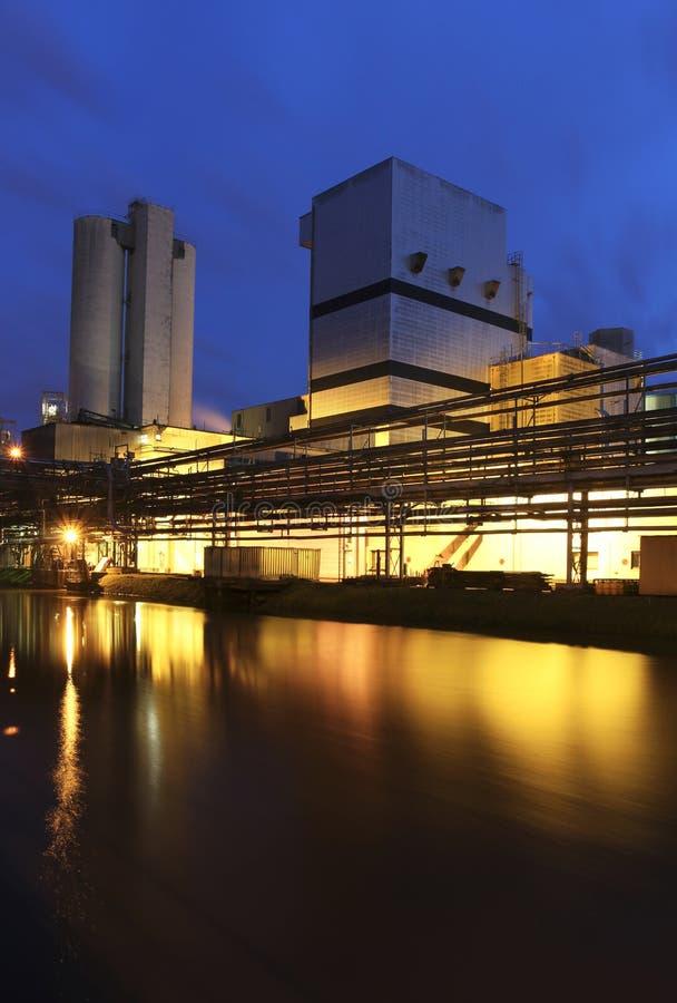 Fábrica en la noche foto de archivo