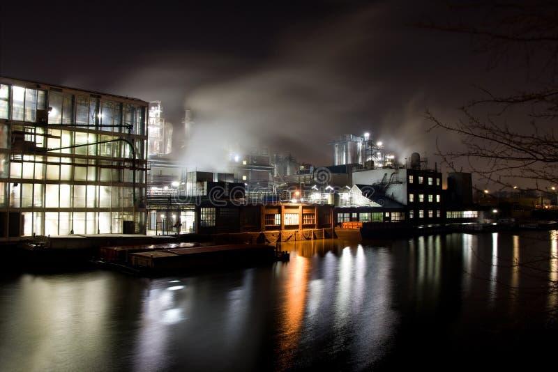 Fábrica en la noche imágenes de archivo libres de regalías