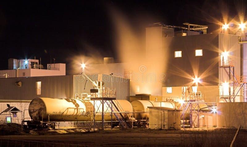 Fábrica en la noche. foto de archivo