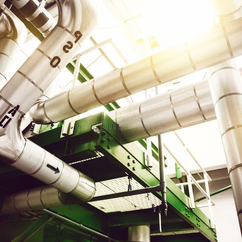 Fábrica industrial da planta da produção de eletricidade com as tubulações e as válvulas de alta pressão de vapor imagens de stock royalty free