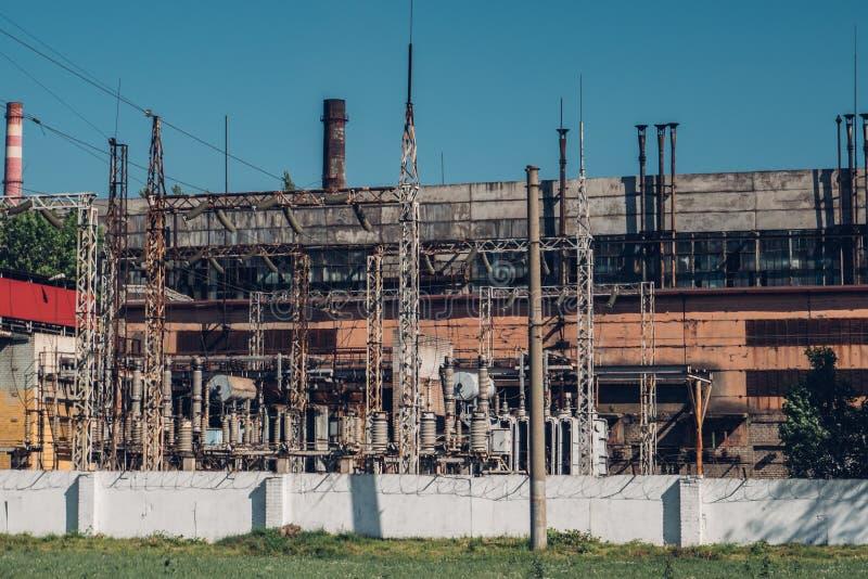 Fábrica industrial exterior, construção industrial do russo idoso imagem de stock royalty free