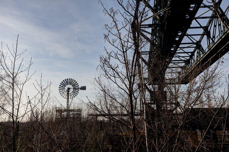 Fábrica Landschaftspark, Duisburgo, Alemania del molino de viento del puente de cargamento imagen de archivo