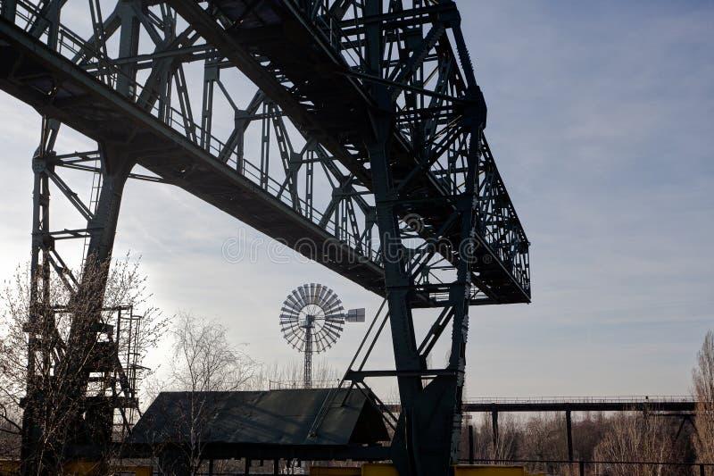 Fábrica Landschaftspark, Duisburgo, Alemania del molino de viento del puente de cargamento fotos de archivo