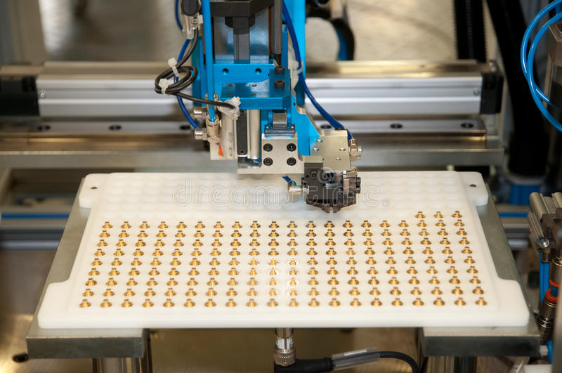 Fábrica - linha de edifício máquina de e para a automatização imagens de stock