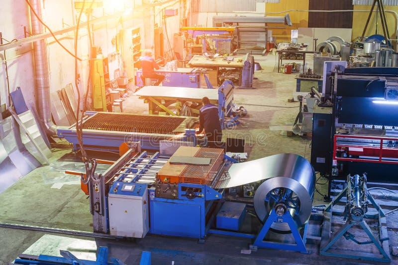 Fábrica metalúrgica La fabricación de tubos y del equipo pieza para los sistemas de la ventilación y de la condición del aire imagen de archivo libre de regalías