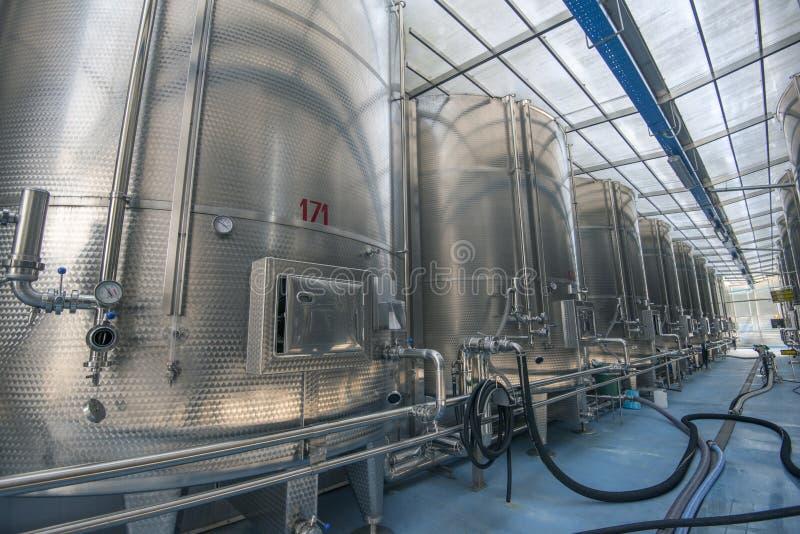 Fábrica moderna del vino fotografía de archivo libre de regalías