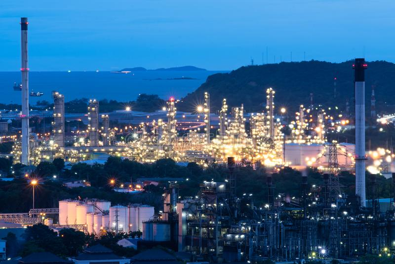 Fábrica petroquímica da refinaria de petróleo e gás na noite, no petróleo e no central química foto de stock royalty free