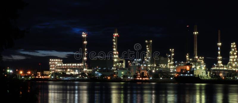 Fábrica petroquímica de la refinería del petróleo imágenes de archivo libres de regalías