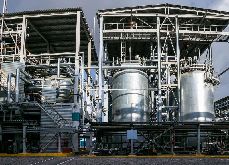 Fábrica química Elastómetro e linha de produção termoplástico Grandes cubas para preparar monômeros e polimerização fotografia de stock royalty free