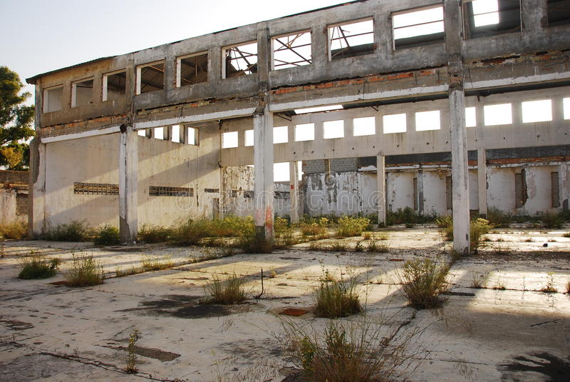 Fábrica velha abandonada de edifício imagem de stock