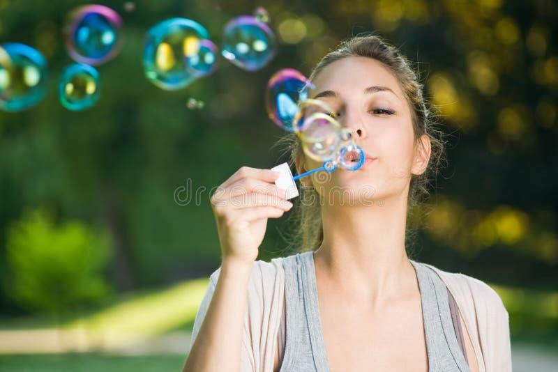 Fácil como burbujas que soplan. imagenes de archivo