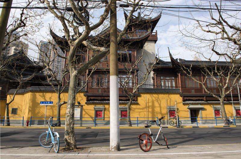 Fácil contratar bicicletas fora de Jade Temple, Shanghai fotografia de stock royalty free