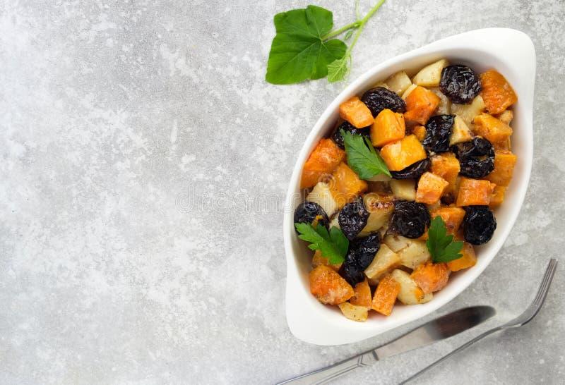 Fácil delicioso hacer las imágenes de la calabaza de cocinar lenta de la comida, verduras, pasas, manzanas, patatas de los acompa imagen de archivo libre de regalías