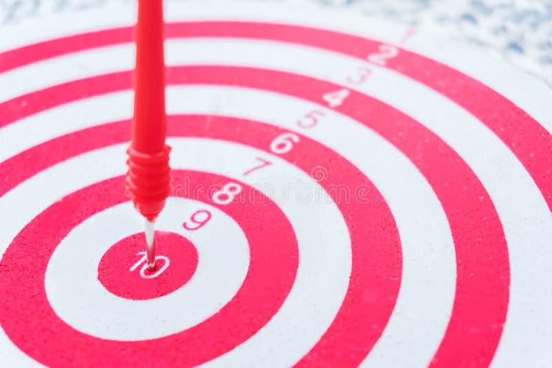 Führungskonzept Pfeile auf Bogenschießenziel des Dartscheibe Ziel-Geschäftskonzeptes stockbilder
