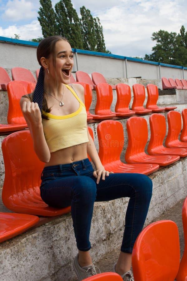 Fã adolescente do suporte da menina no jogo do estádio fotos de stock