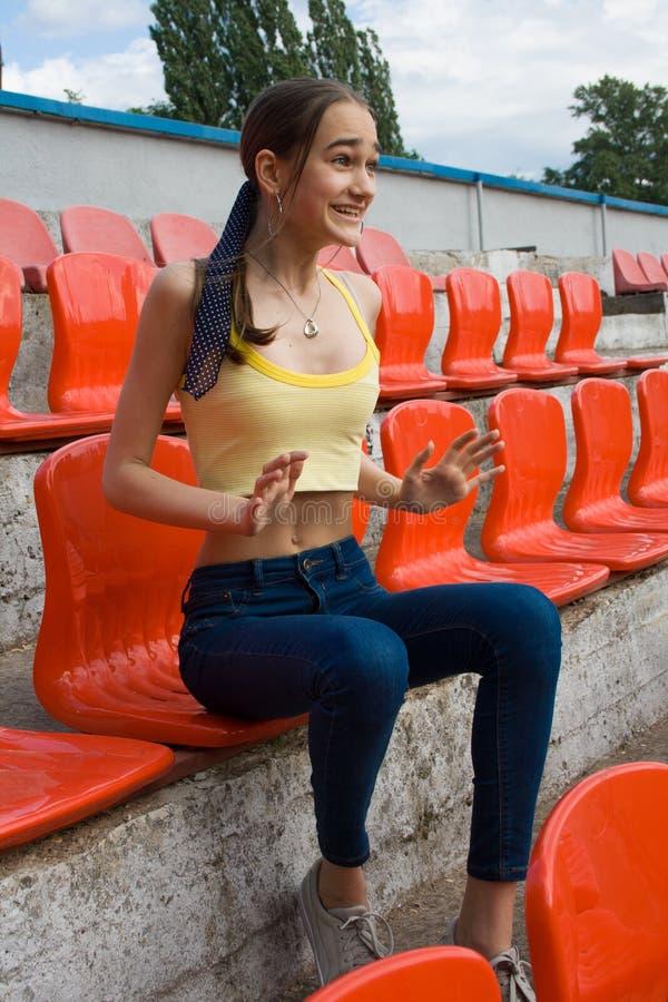 Fã adolescente do suporte da menina no jogo do estádio fotografia de stock royalty free