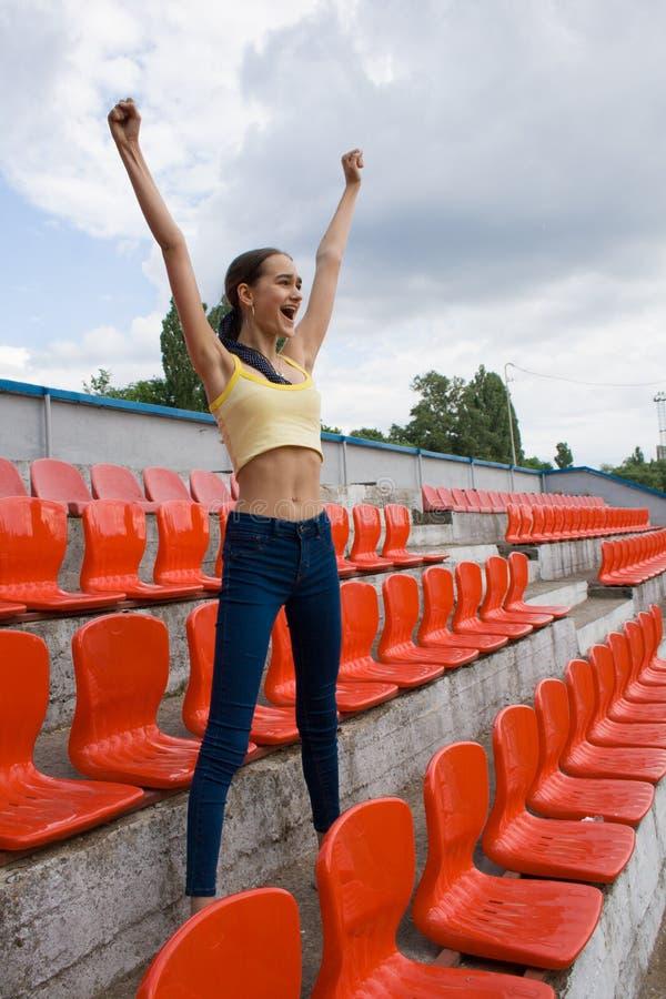Fã adolescente do suporte da menina no jogo do estádio foto de stock