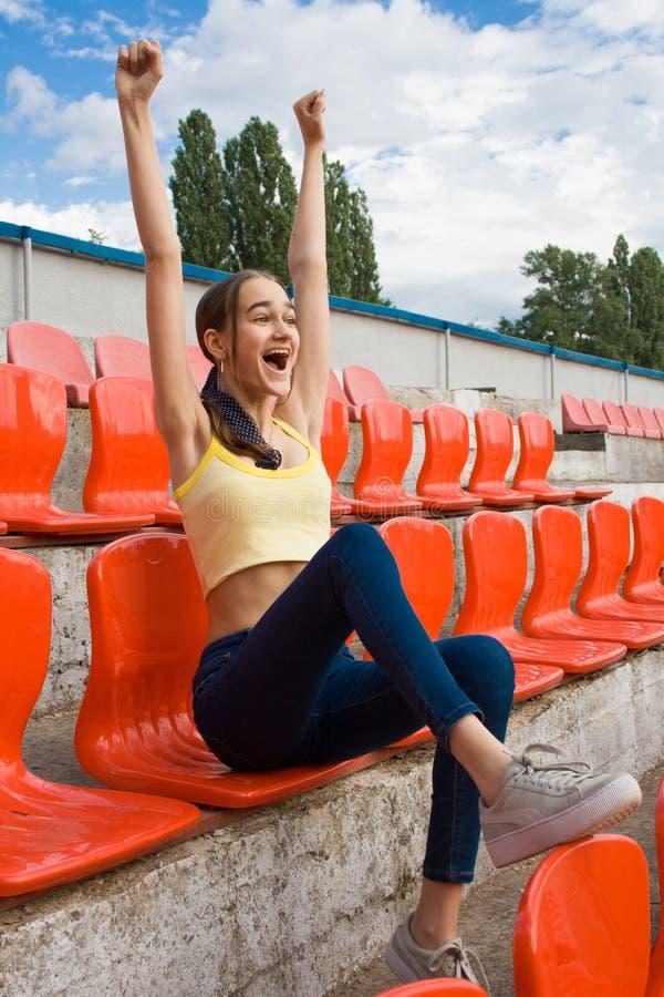 Fã adolescente do suporte da menina no jogo do estádio foto de stock royalty free
