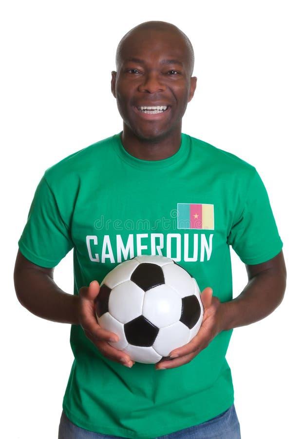 Fã de futebol de riso de República dos Camarões com bola fotografia de stock