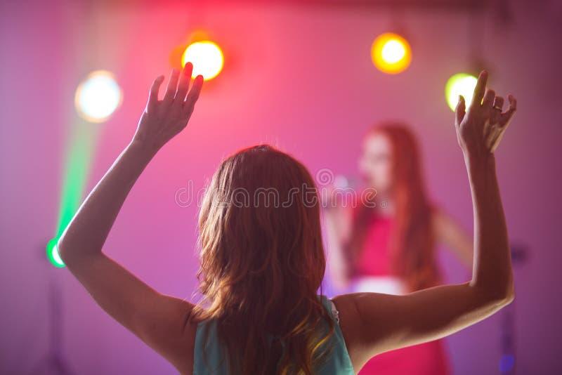 Fã em uma dança favorita do cantor do concerto imagem de stock