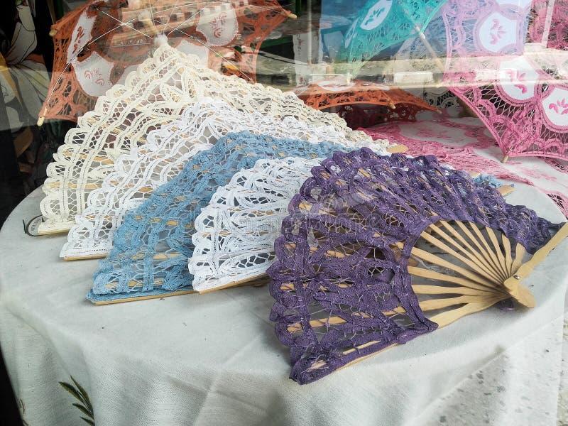 Fã feito a mão e bordado exposto para a venda em uma loja local fotografia de stock royalty free