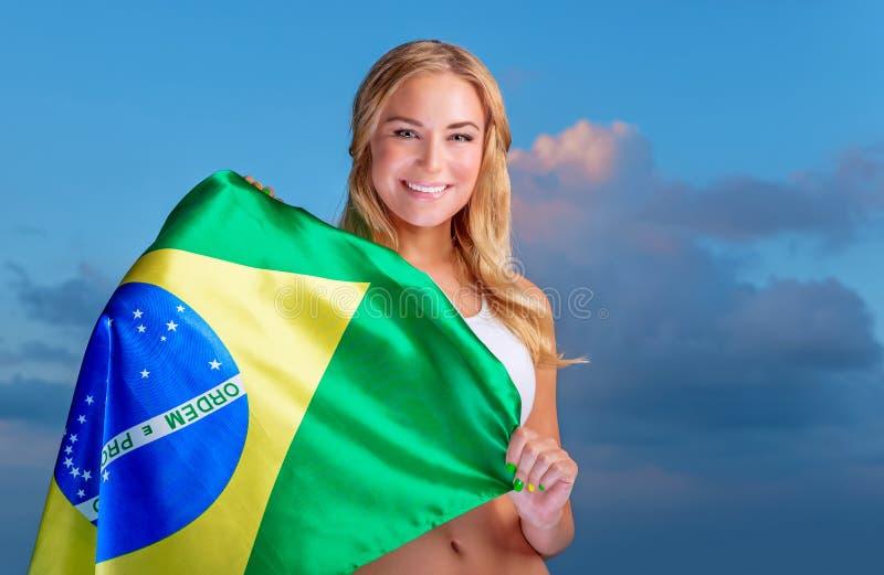 Fã feliz da equipa de futebol brasileira imagens de stock