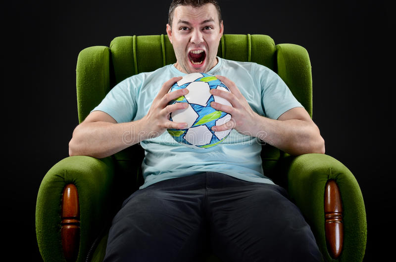 Fã gritando, retrato do homem novo irritado com si da bola do futebol imagens de stock