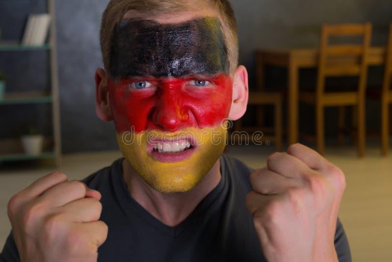 Fã irritado com a bandeira pintada de Alemanha imagens de stock