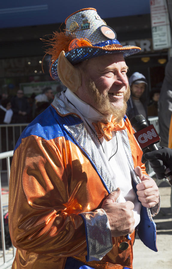 Fã não identificado de Denver Broncos durante a entrevista com CNN em Broadway durante a semana do Super Bowl XLVIII em Manhattan fotos de stock