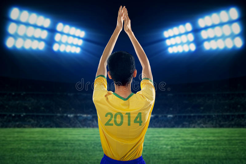 Fãs brasileiros que aplaudem as mãos no campo foto de stock royalty free
