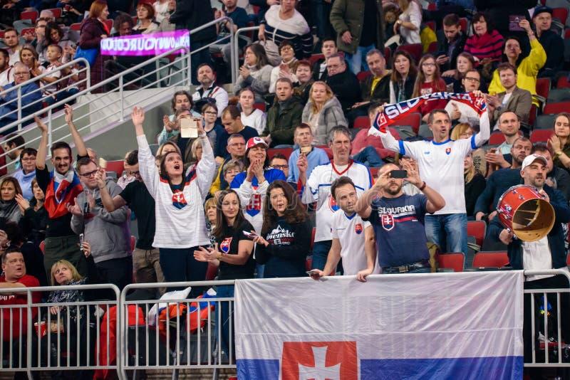 Fãs da equipe Eslováquia, durante o jogo entre a equipe Letónia e a equipe Eslováquia foto de stock royalty free