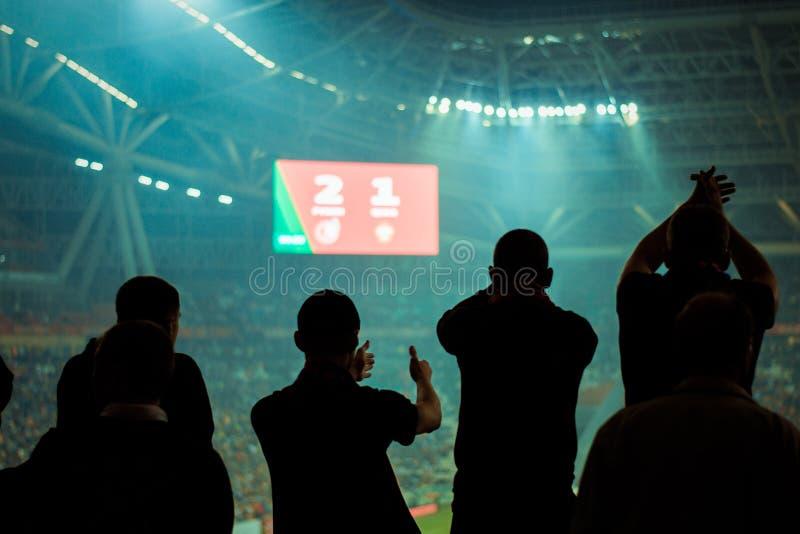 Fãs das emoções em um jogo de futebol foto de stock royalty free